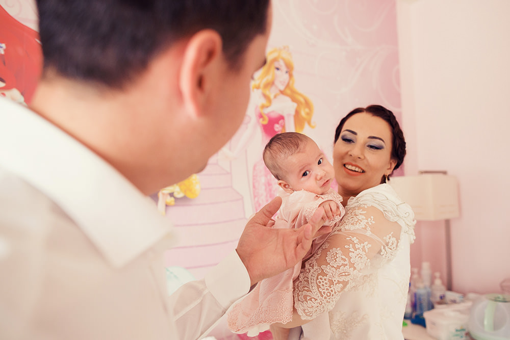 ana sofia cu parintii in ziua botezului