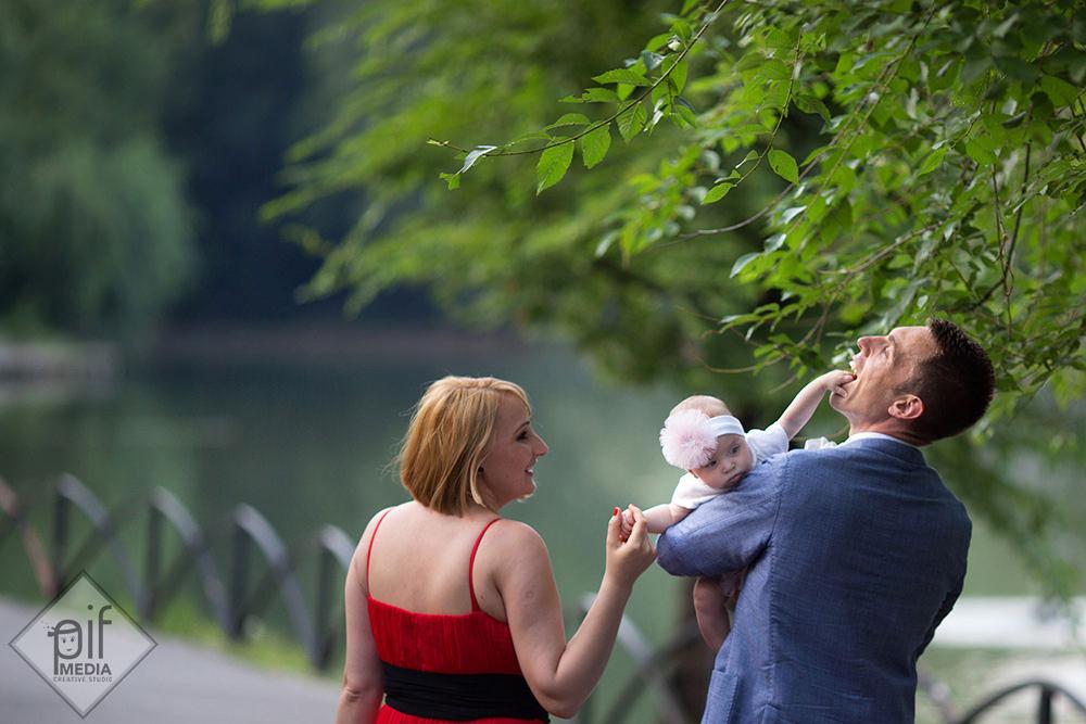 antonia cu mana in gura tatalui la plimbare prin parc