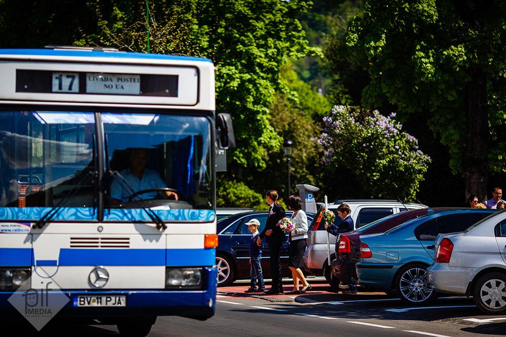 autobuz de brasov mirele si mireasa traversand strada catre biserica