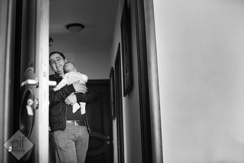 bebelusul cu tatal in casa inainte de botez