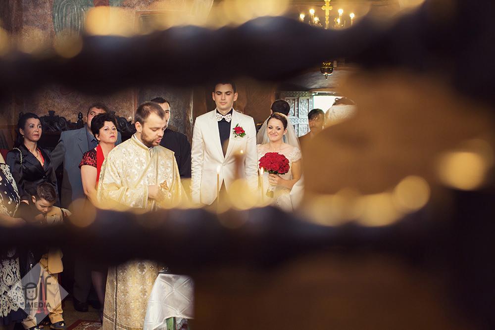 cadru tras prin o icoana mirele mireasa si preotul