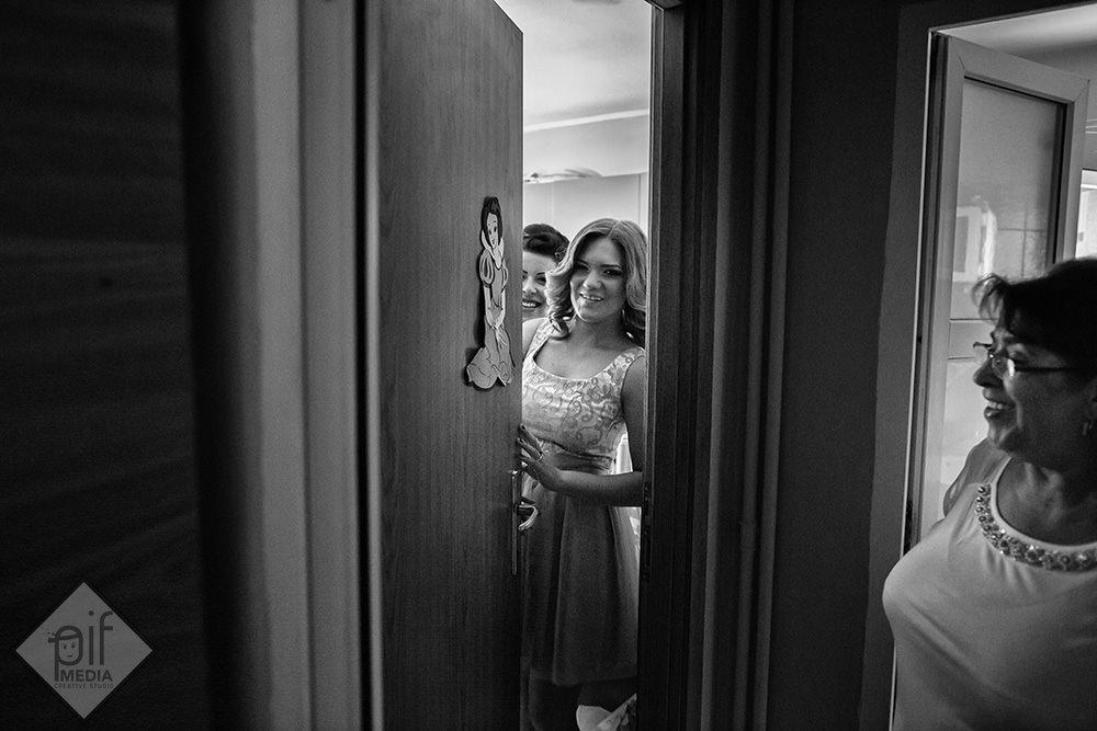 camera unde se imbraca mireasa cu usa intredeschisa