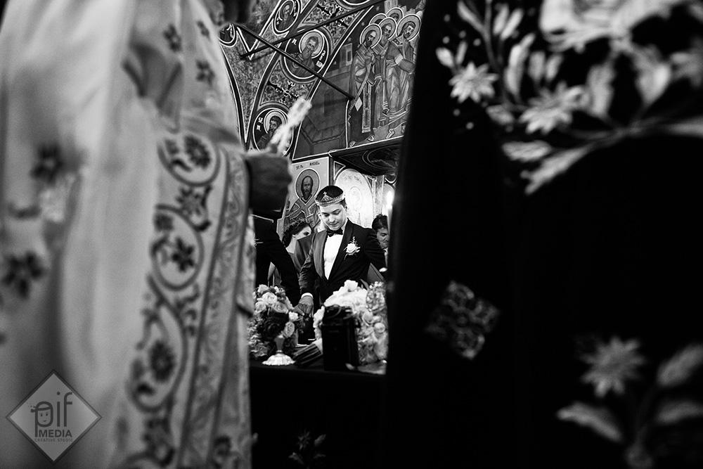 catalin mirele surprins in fotografie printre preoti