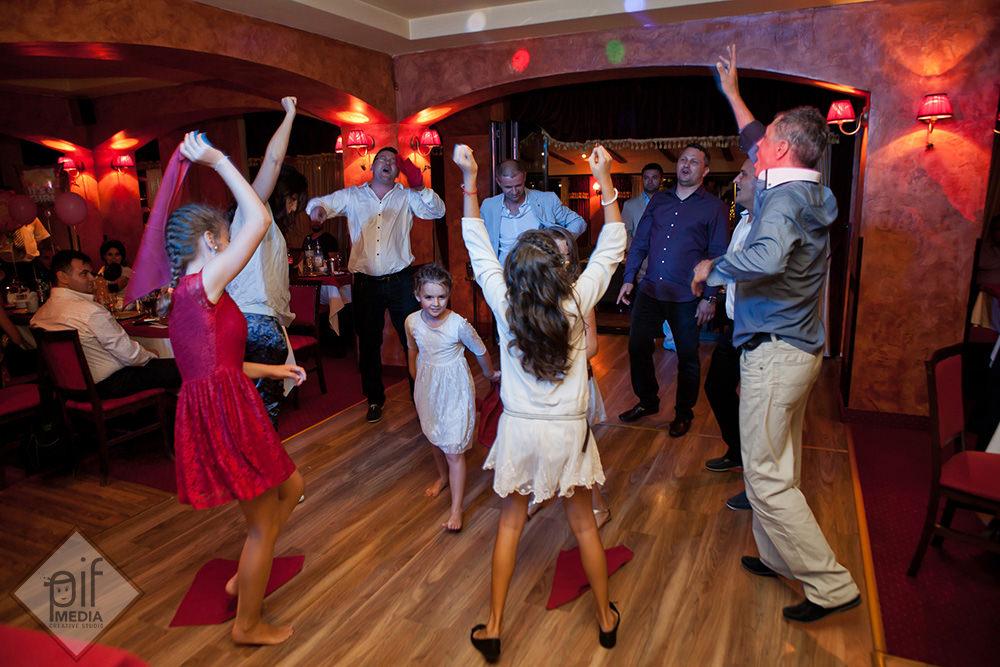 copii si oamenii mari danseaza impreuna pe scena