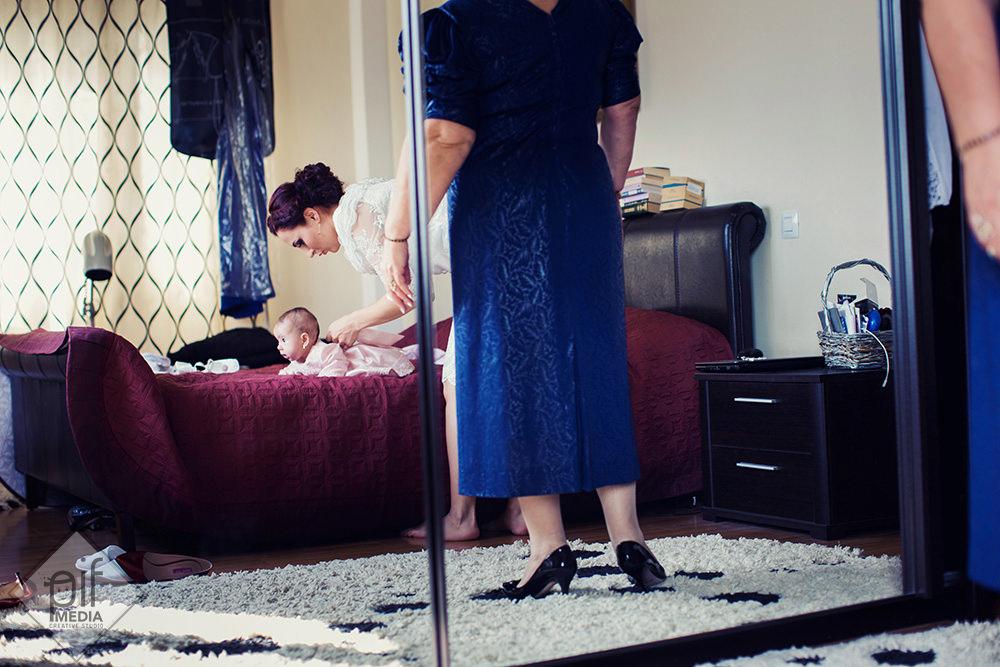 copilul in timp ce e imbracat fotografiat in oglinda de la dressing