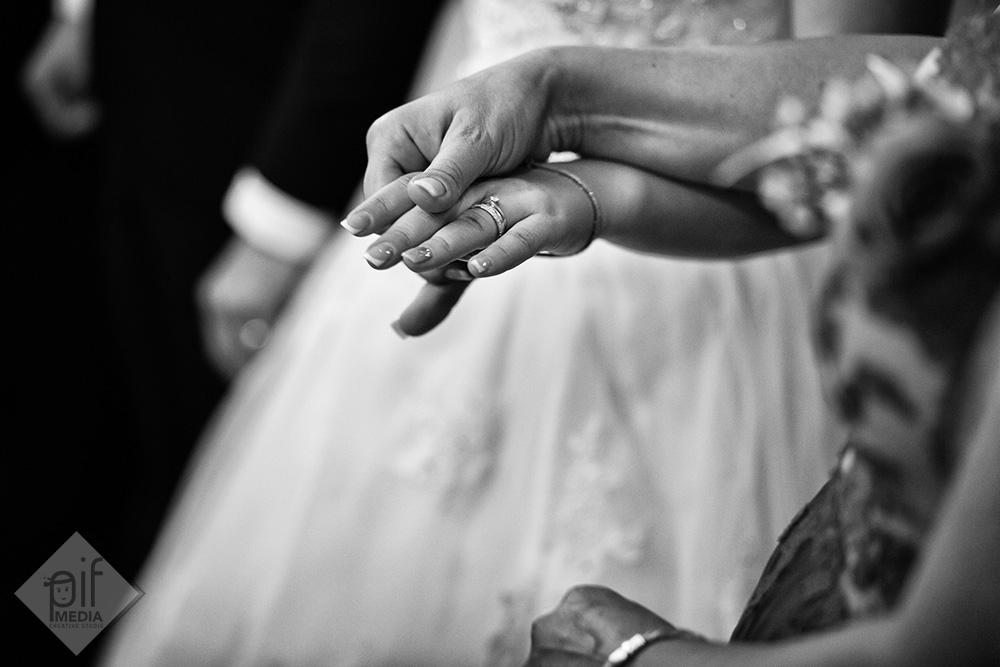 detaliu cu mainile nasei si miresei cu inelul pe mana
