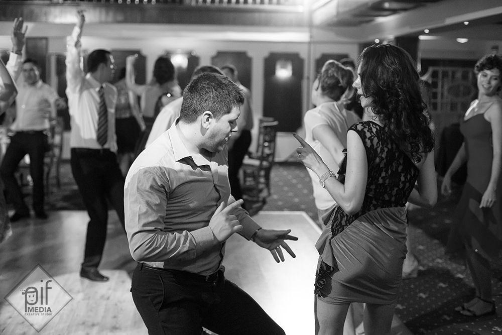 doi invitati danseaza muzica latino la botez