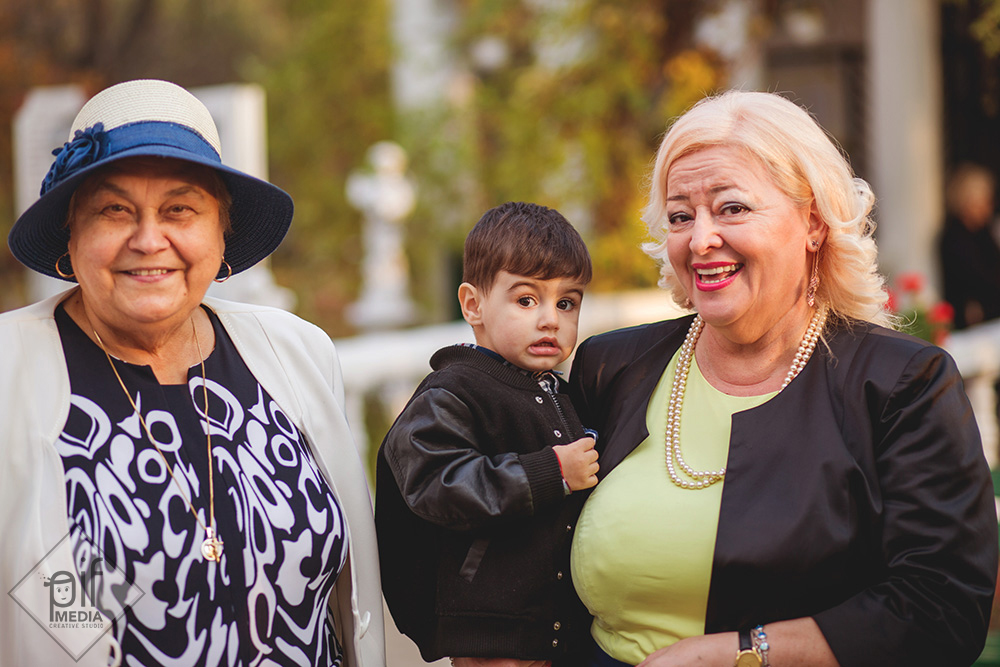 doua femei si un copil in fata bisericii unde se boteaza eva