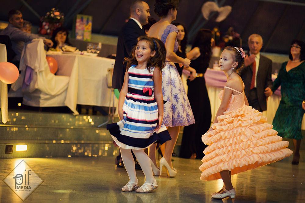doua fetite danseaza pe ring la cris garden