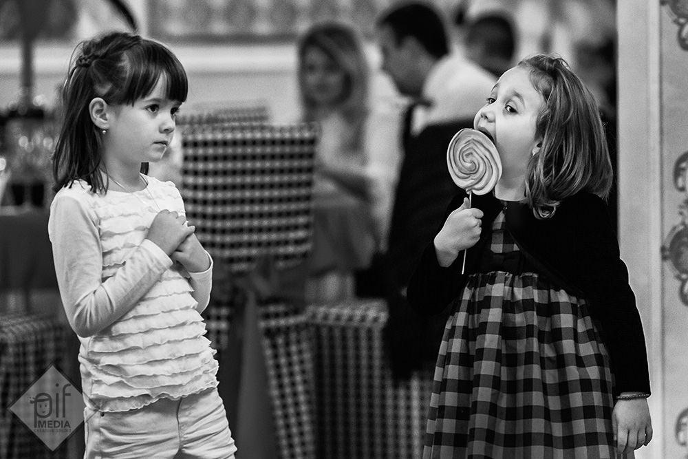 doua fetite o acadea o rochita in carouri