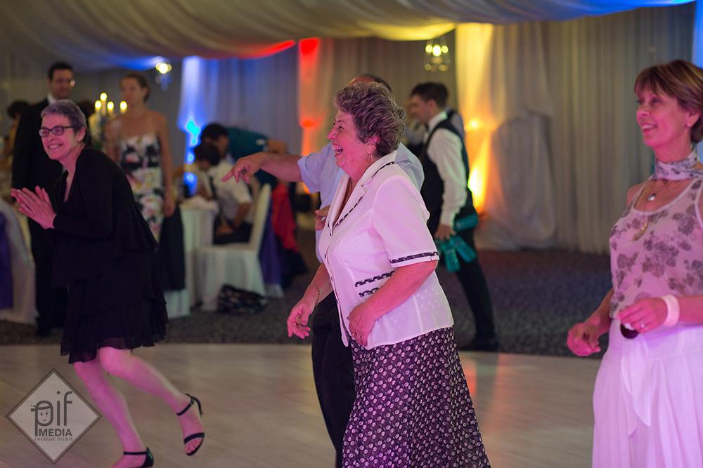 femei de la nunta alexandra si gaspard pe ring danseaza