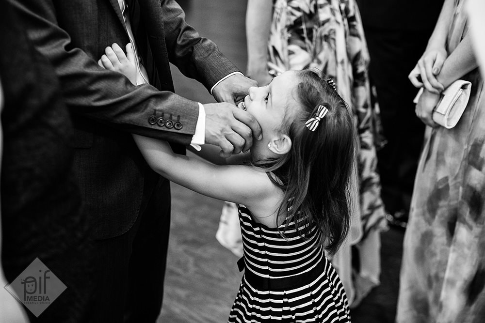 fetita care interactioneaza cu un barbat