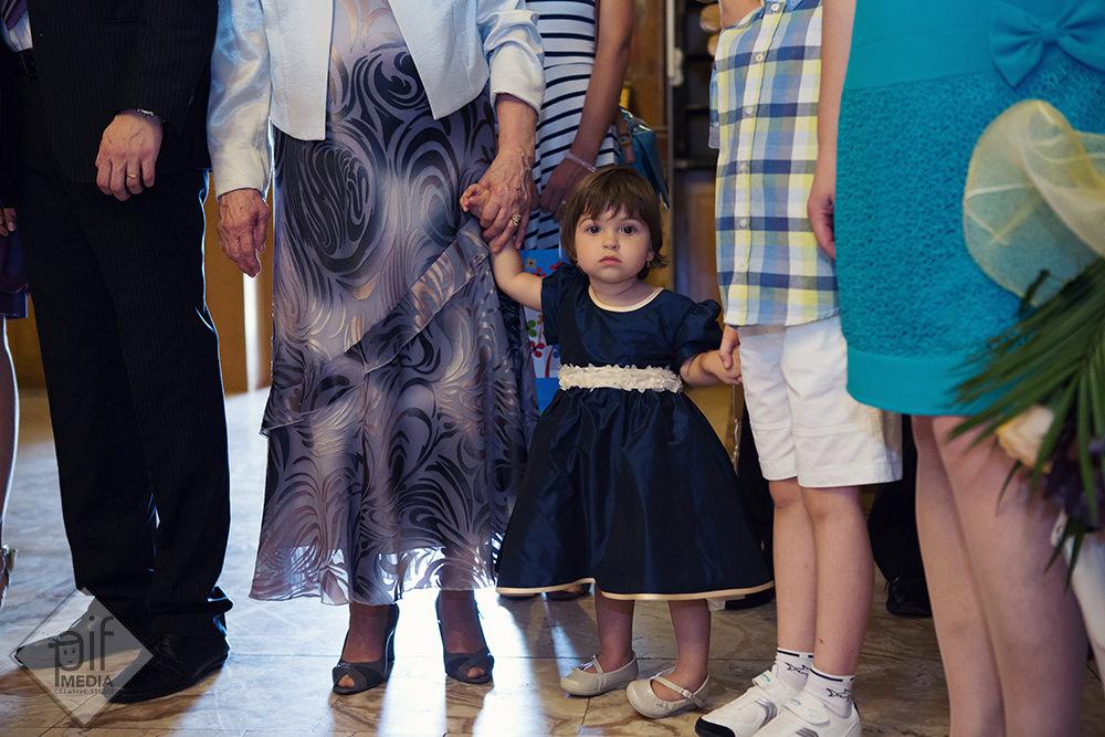 fetita nasilor tinuta de mana in biserica