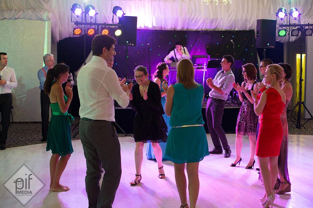 formatia de nunta canta la Toujours l'Amour iar mai multi nuntasi danseaza pe ring
