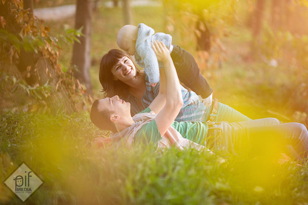fotografie de familie cu parintii si alexandru in iarba