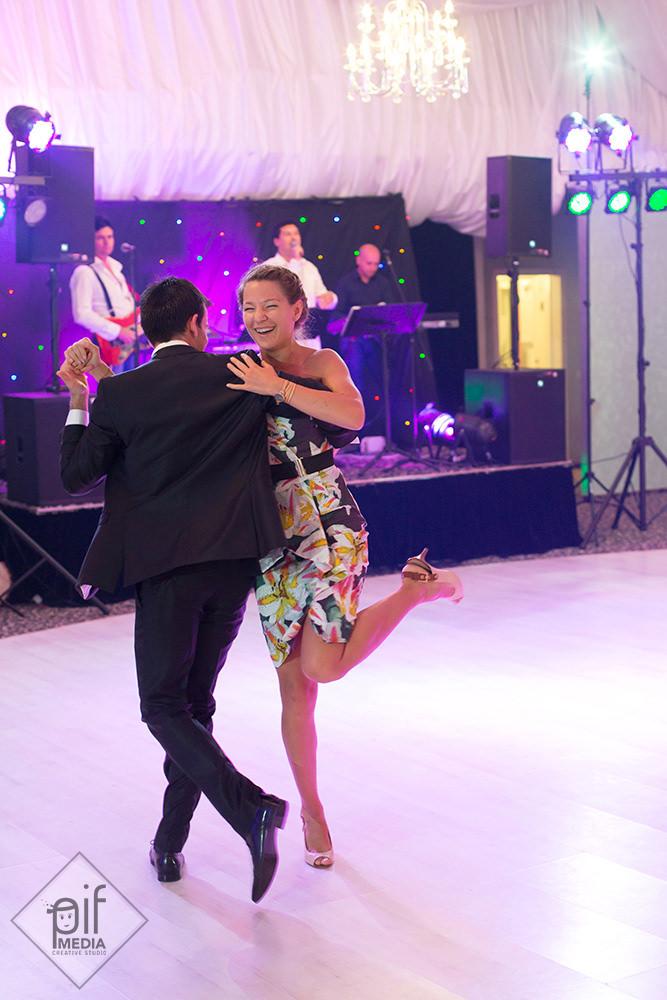 gaspard danseaza cu o prietena in rochie multicolora