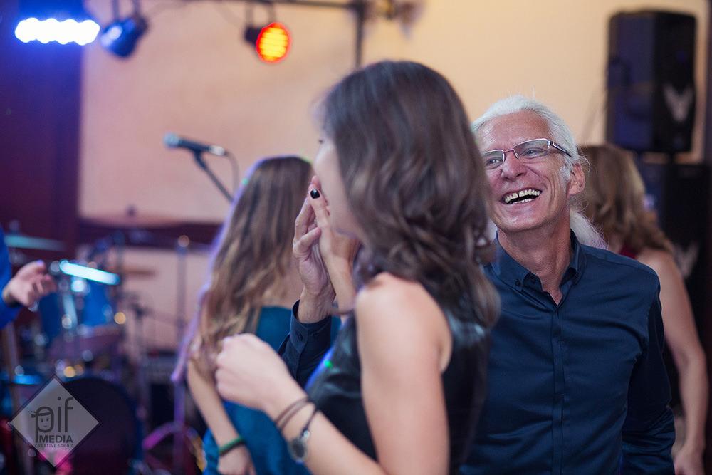invitati care danseaza si savureaza petrecerea