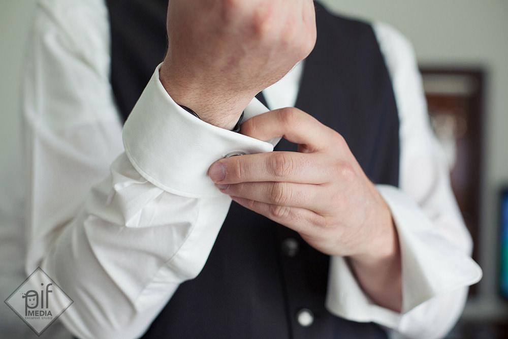 lars detaliu cu mainile in timp ce umbla la butoni