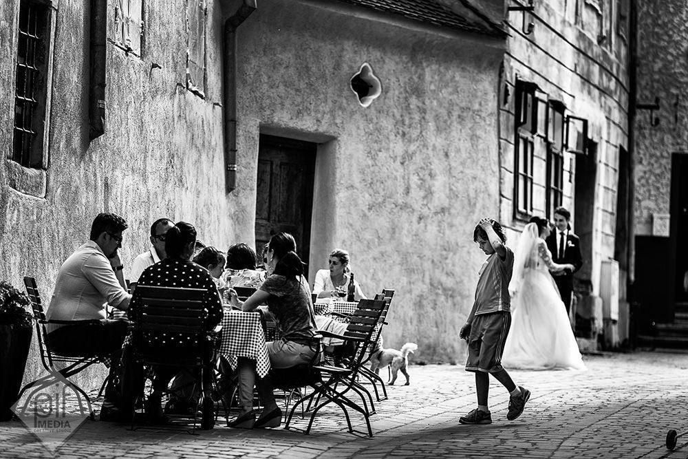 localnici din brasov la o masa mirele si mireasa in partea dreapta