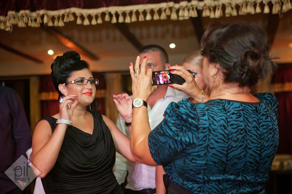 mama antoniei fotografiata cu telefonul de o invitata