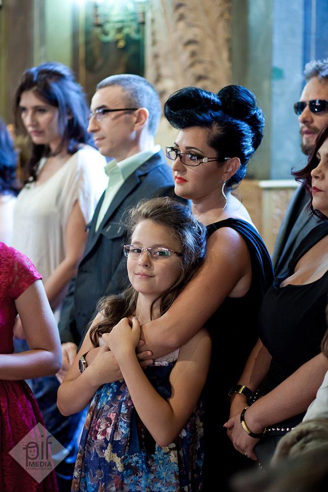 mama antoniei tine de gat o adolescenta in biserica