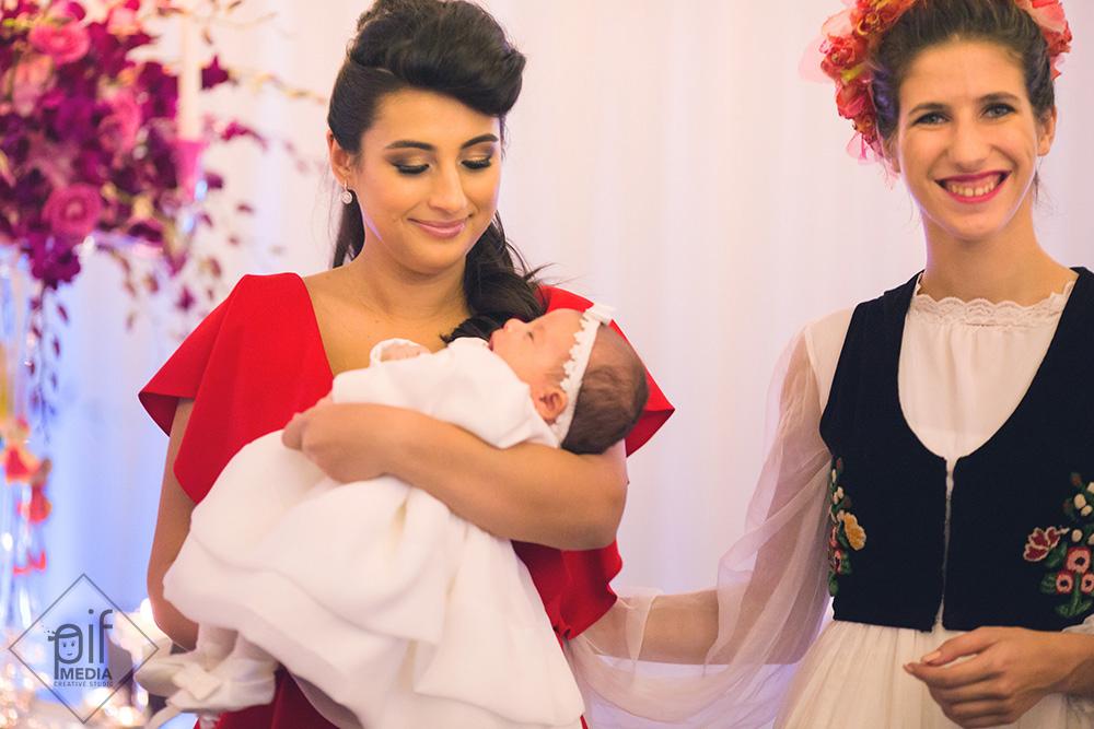 mama copilul si ursitoarele mama imbracata in rochie rosie