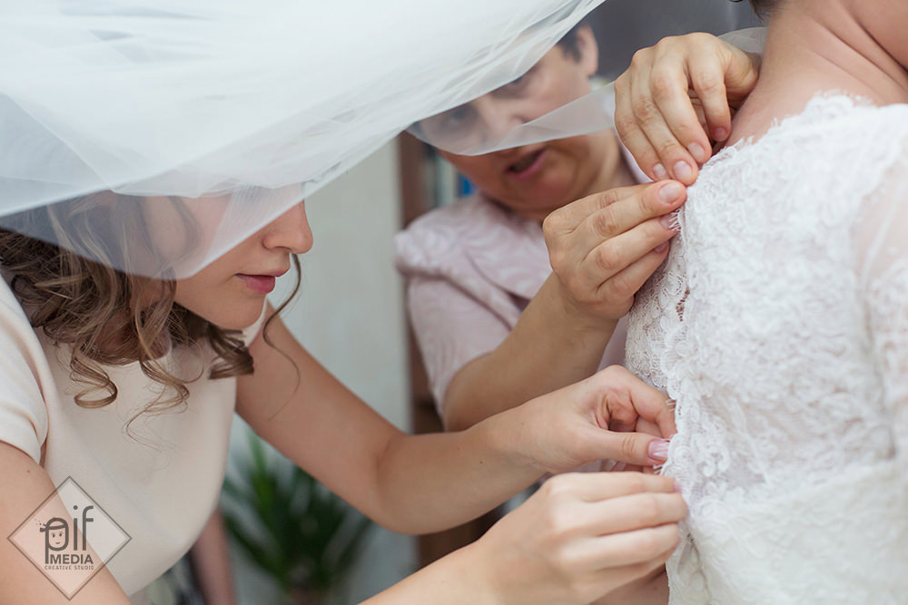 mama lui carmen si sora sa ii leaga rochia ii inchid nasturii