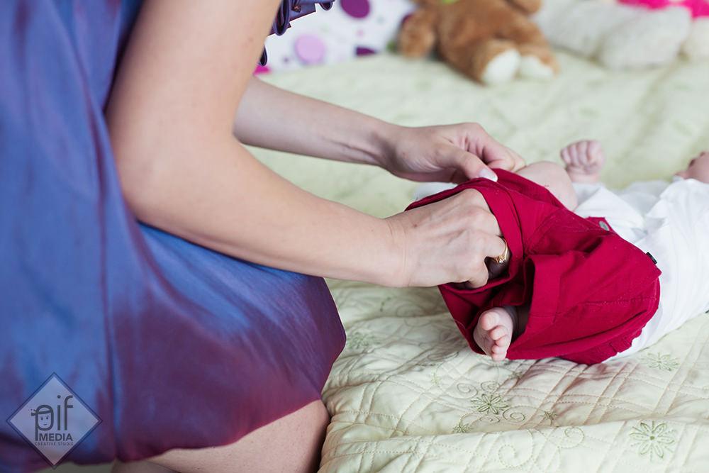 mama pune copilului pantalonii rosii