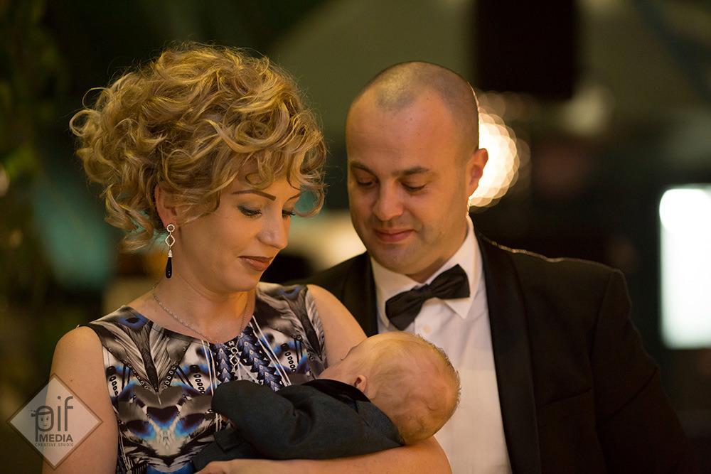 matusa si unchiul tin in brate un bebe