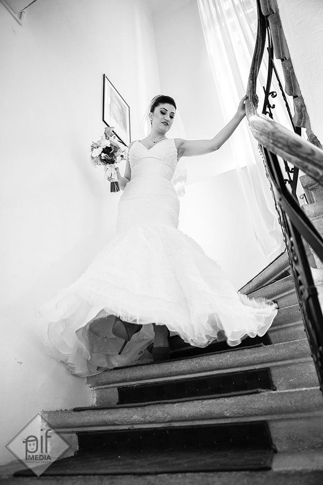 mireasa andreea imbracata in rochie coboara pe scari