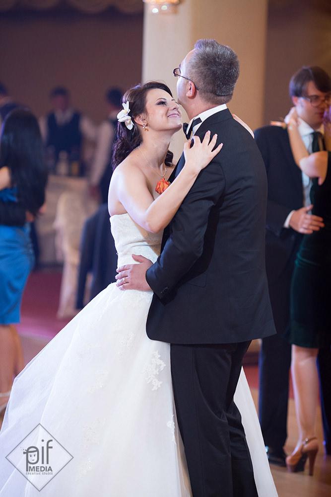 mireasa dana si mirele nicu danseaza imbratisati la nunta lor