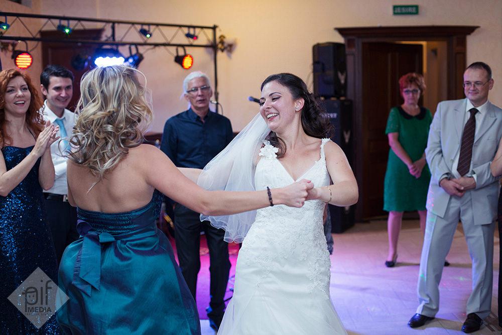 mireasa danseaza cu o femeie in rochie albastra