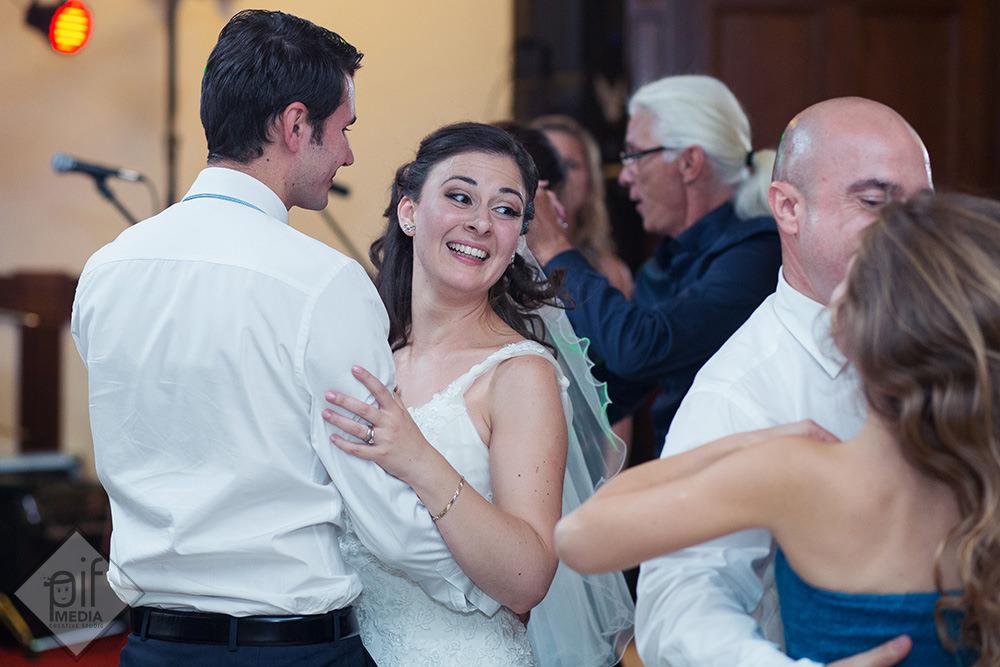 mireasa danseaza cu un invitat cu camasa alba