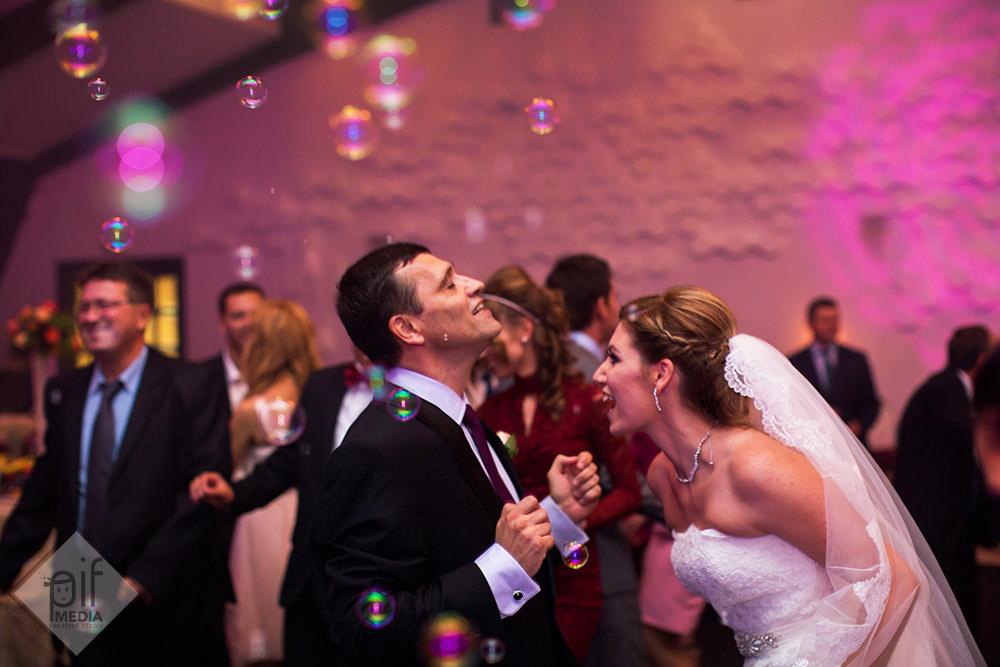mireasa danseaza cu un invitat la aristocrat ballroom