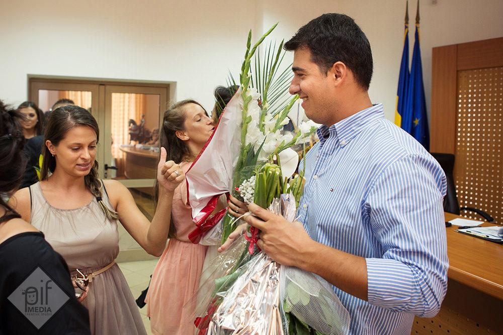 mireasa in rochie primeste multe flori