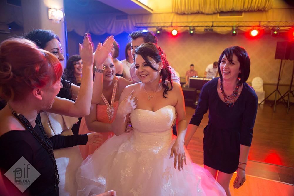 mireasa inconjurata de prietenele ei pe ringul de dans