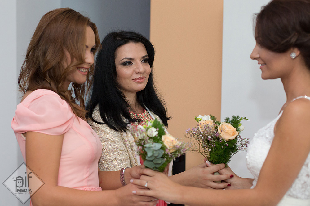 mireasa ofera flori domnisoarelor