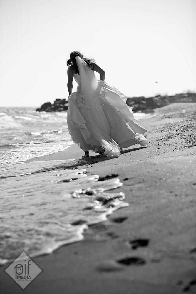 mireasa pe malul marii urme de talpi pe nisip
