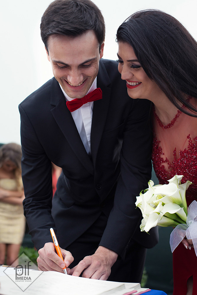 mireasa rade si se uita la mire cum semneaza certificatul de casatorie