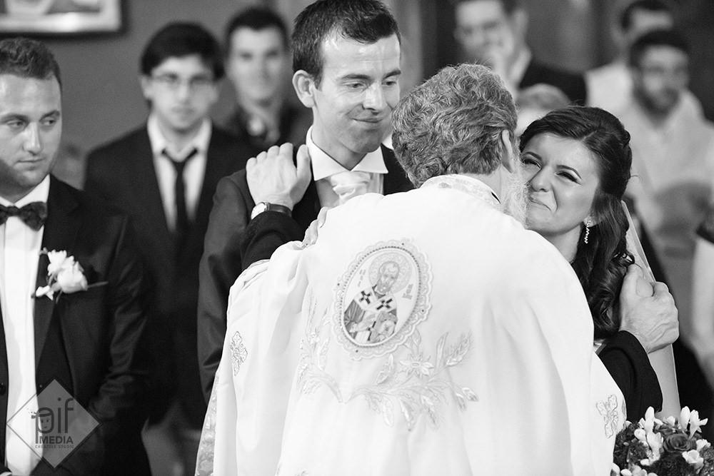 mireasa se pupa pe obraz cu preotul in biserica rusa