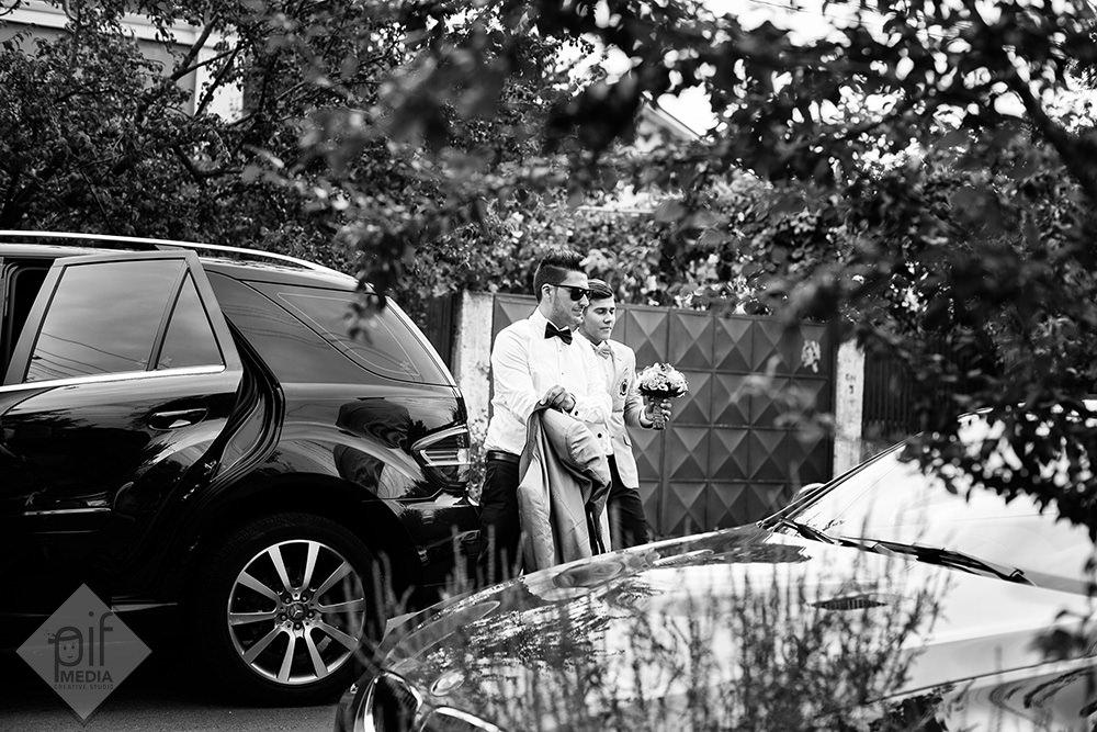 mirele se da jos din masina si imbraca sacoul