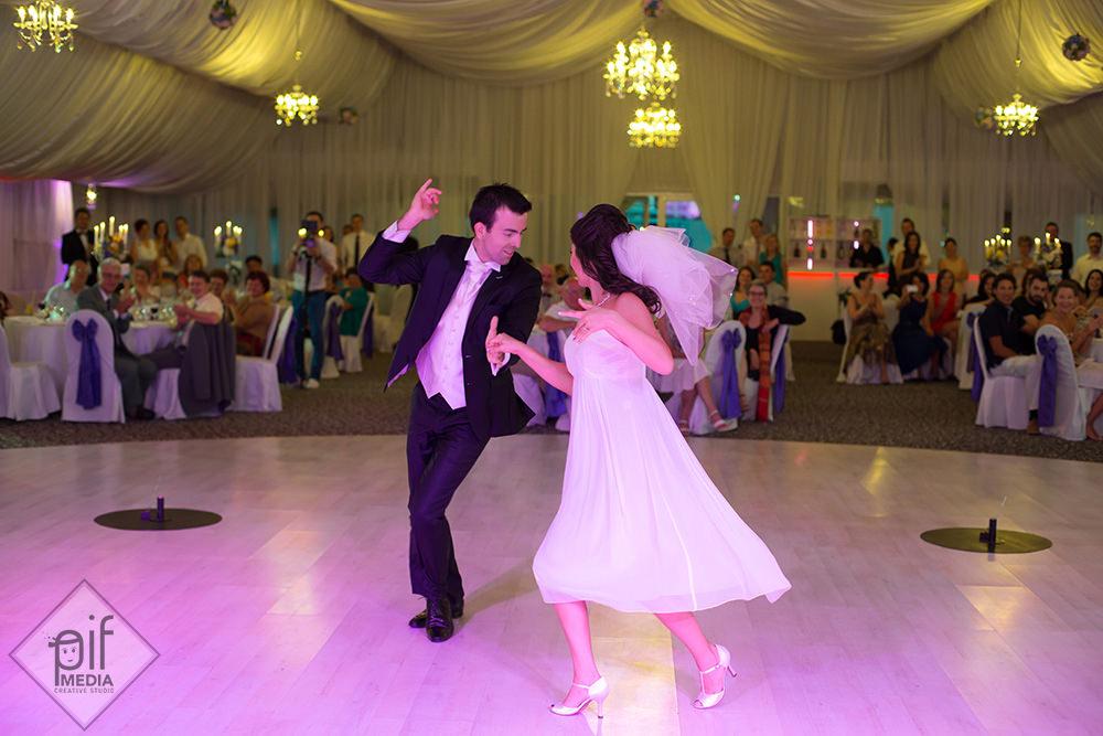 mirele si mireasa dans deosebit la dansul mirilor la salon du mariage la piscina