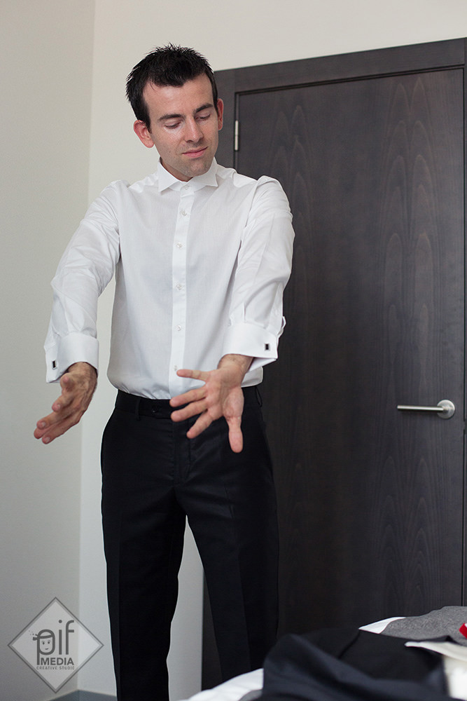 mirele verifica inchiderea la manecile camasii de nunta