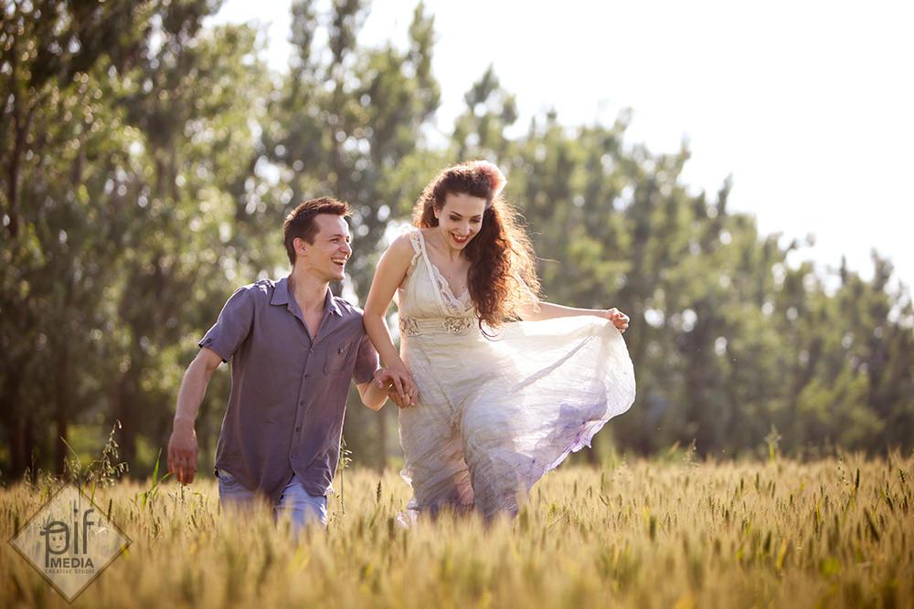 mirii alearga prin grau inainte de nunta