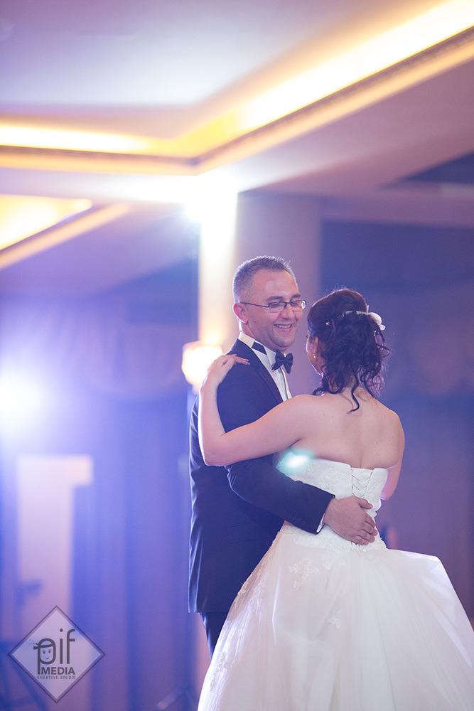 mirii dansand primul dans in deschiderea nuntii la salon