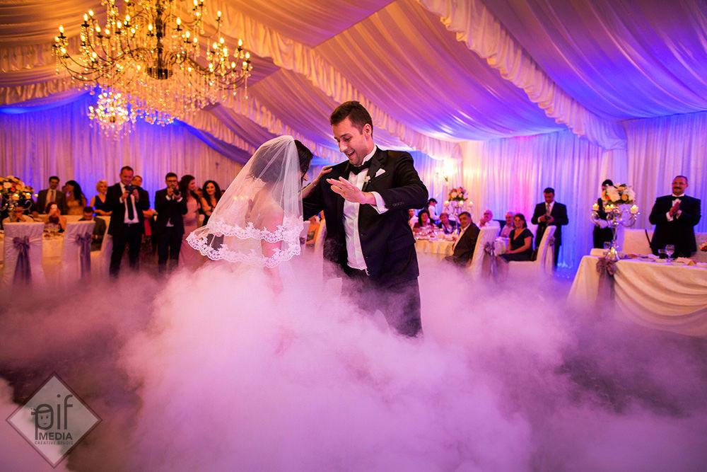 mirii inconjurati de fum greu danseaza dansul mirilor