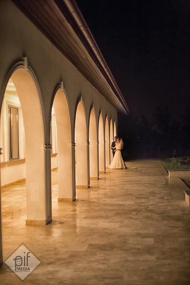 mirii noaptea la royal horse fotografiati langa coloane
