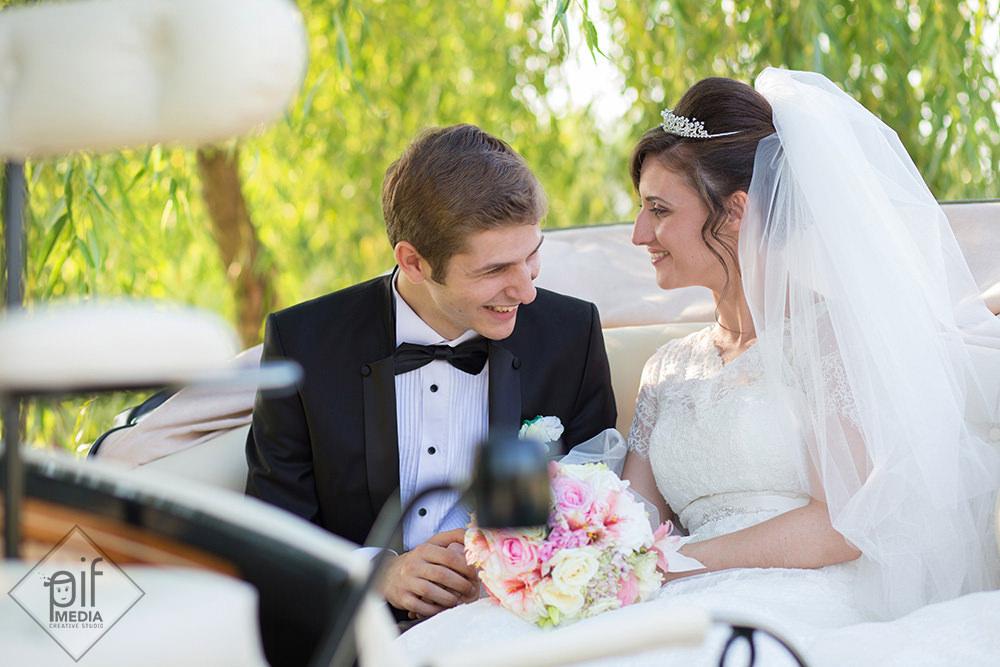 mirii rad in trasura cu care au venit la nunta