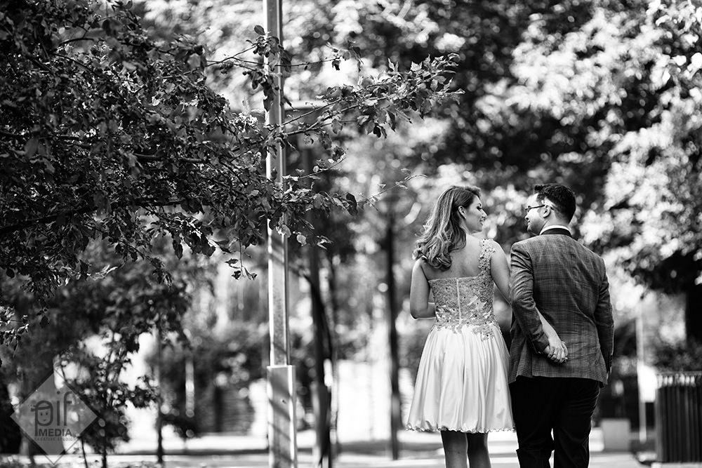 mirii se tin cu mainile la spate in timp ce se plimba in parc