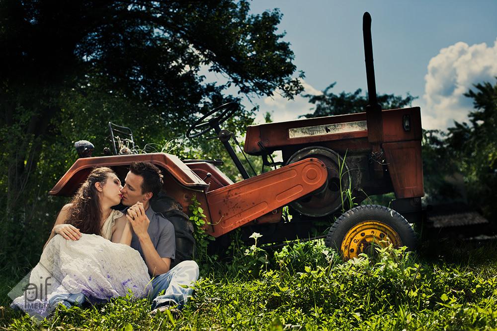 mirii stau jos langa un tractor imbratisati